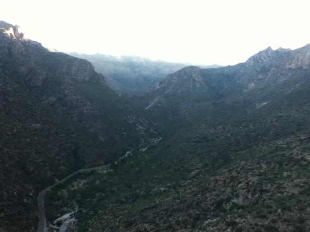 Alta vedere spre nord. Se vede mai bine drumul de intoarcere, care incepe cu cararea aia care coboara de pe munte.