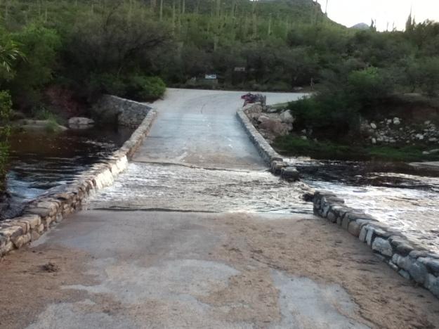Primul pod inundat, chiar la intrarea in canion. Aici m-am descaltat si eu, ca am zis ca nu alerg dupa aia o ora jumate cu picioarele ude.
